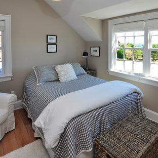 Ejemplo de dormitorio campestre con paredes beige