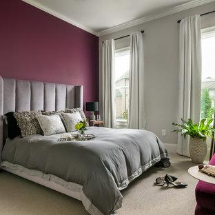 Foto de habitación de invitados ecléctica, de tamaño medio, sin chimenea, con paredes púrpuras, moqueta y suelo beige