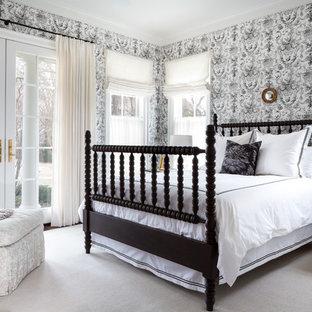 Idée de décoration pour une chambre tradition de taille moyenne avec un mur multicolore et un sol gris.