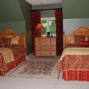 Ejemplo de habitación de invitados clásica, extra grande, sin chimenea, con paredes verdes, moqueta y marco de chimenea de baldosas y/o azulejos