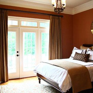 Esempio di una camera da letto chic con pareti rosse