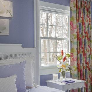 Ispirazione per una camera degli ospiti chic di medie dimensioni con pareti viola, parquet scuro e pavimento nero