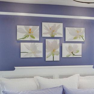 Foto di una camera degli ospiti chic di medie dimensioni con pareti viola, parquet scuro e pavimento nero