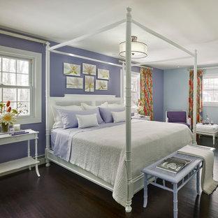 Foto di una camera degli ospiti classica di medie dimensioni con pareti viola, parquet scuro e pavimento nero