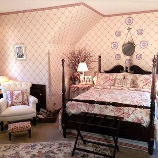 Idéer för ett mellanstort klassiskt gästrum, med rosa väggar och heltäckningsmatta