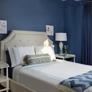 トロントの中くらいのコンテンポラリースタイルのおしゃれな客用寝室 (青い壁、竹フローリング、茶色い床) のレイアウト