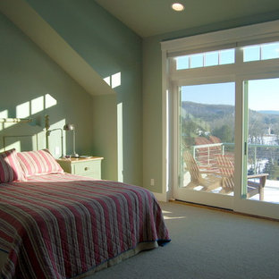 Idée de décoration pour une grand chambre tradition avec un mur vert et aucune cheminée.
