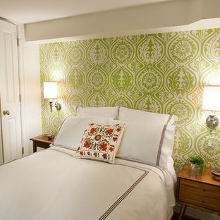 Imagen de habitación de invitados tradicional renovada, de tamaño medio, sin chimenea, con paredes verdes y suelo beige