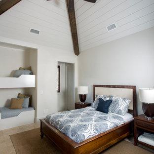 シャーロットの広いトランジショナルスタイルのおしゃれな客用寝室 (グレーの壁、トラバーチンの床、ベージュの床) のインテリア