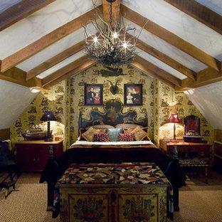 Modelo de habitación de invitados clásica, de tamaño medio, sin chimenea, con paredes amarillas, moqueta y suelo beige