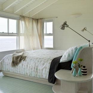 Idee per una camera degli ospiti contemporanea con pavimento in legno verniciato e pavimento blu