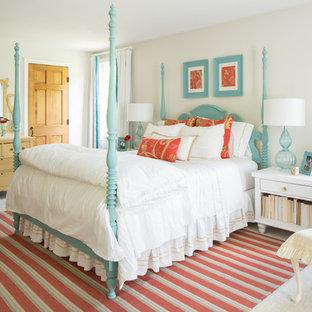Réalisation d'une chambre tradition de taille moyenne avec un mur beige.