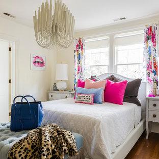 ローリーのエクレクティックスタイルのおしゃれな寝室 (黄色い壁、無垢フローリング、茶色い床) のインテリア