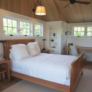 Diseño de dormitorio rural con paredes blancas y suelo de madera clara
