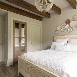 Неиссякаемый источник вдохновения для домашнего уюта: маленькая гостевая спальня в стиле кантри с серыми стенами, полом из керамической плитки и серым полом