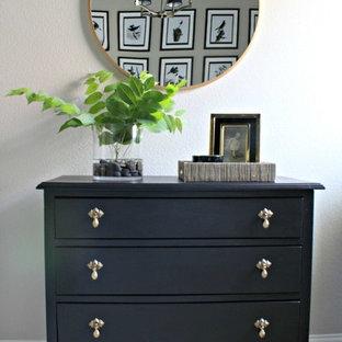 Modelo de habitación de invitados clásica, de tamaño medio, con paredes beige y moqueta