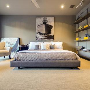 Стильный дизайн: гостевая спальня среднего размера в современном стиле с серыми стенами, ковровым покрытием и желтым полом - последний тренд