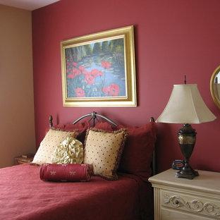 Imagen de habitación de invitados tradicional, de tamaño medio, con paredes rojas y moqueta