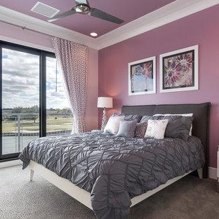 オーランドの広いトランジショナルスタイルのおしゃれな客用寝室 (紫の壁、カーペット敷き、暖炉なし) のレイアウト