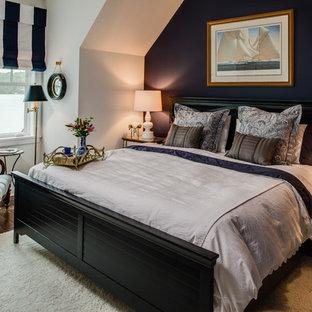 Foto di una camera da letto costiera con pareti nere e parquet scuro