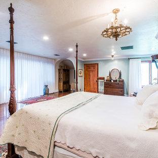 Foto de habitación de invitados tradicional, de tamaño medio, sin chimenea, con paredes verdes, suelo de madera en tonos medios y suelo rojo