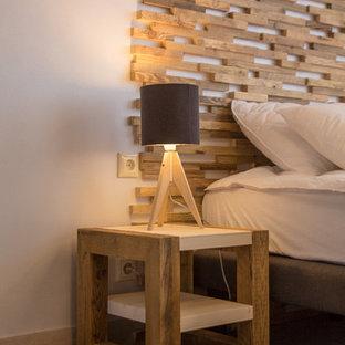 他の地域の小さいラスティックスタイルのおしゃれな客用寝室 (ベージュの壁、カーペット敷き、暖炉なし、グレーの床)