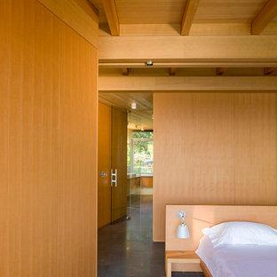 バンクーバーの広いモダンスタイルのおしゃれな主寝室 (ベージュの壁、磁器タイルの床、暖炉なし、グレーの床) のインテリア