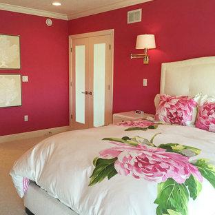Свежая идея для дизайна: большая хозяйская спальня в стиле модернизм с розовыми стенами и ковровым покрытием - отличное фото интерьера