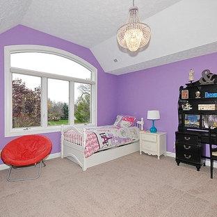 Foto de habitación de invitados clásica renovada, sin chimenea, con paredes púrpuras y moqueta