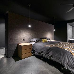 Großes Modernes Hauptschlafzimmer ohne Kamin mit schwarzer Wandfarbe und Porzellan-Bodenfliesen in Perth