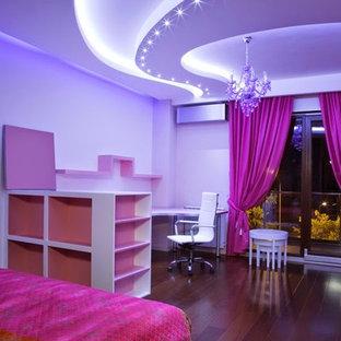 Ispirazione per una camera matrimoniale moderna di medie dimensioni con pareti grigie e parquet chiaro