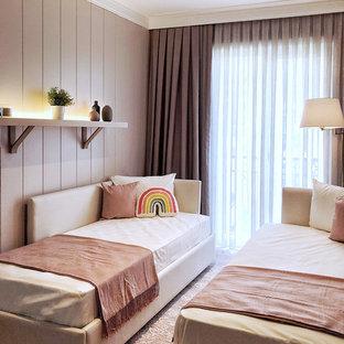 Imagen de habitación de invitados minimalista, pequeña, con paredes rosas, suelo laminado y suelo rosa