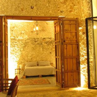 Cette photo montre une grand chambre parentale exotique avec béton au sol et aucune cheminée.