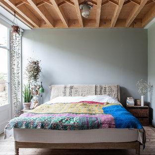 На фото: гостевая спальня среднего размера в стиле рустика с синими стенами и темным паркетным полом с