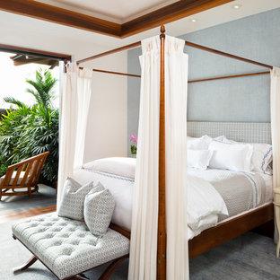 Diseño de dormitorio tropical, de tamaño medio, con paredes azules