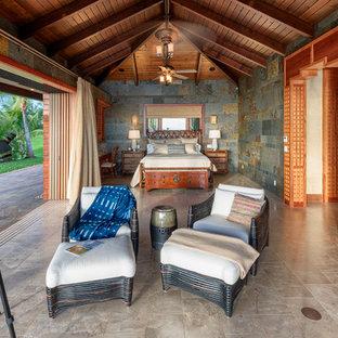 Foto de dormitorio principal, tropical, sin chimenea, con paredes multicolor y suelo gris
