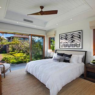 Foto de dormitorio principal, tropical, de tamaño medio, sin chimenea, con paredes blancas