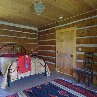 Imagen de dormitorio rural con suelo de madera pintada