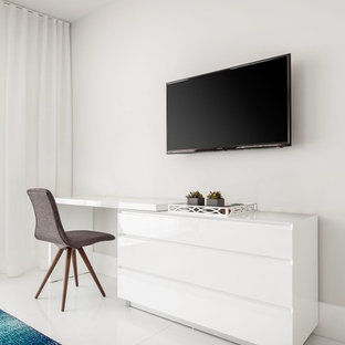 Modern inredning av ett stort huvudsovrum, med vita väggar, klinkergolv i porslin och turkost golv