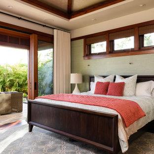 Idée de décoration pour une grande chambre d'amis ethnique avec un sol en bois foncé et un mur beige.