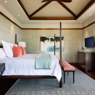 Imagen de dormitorio principal, exótico, grande, con suelo de madera oscura y paredes beige
