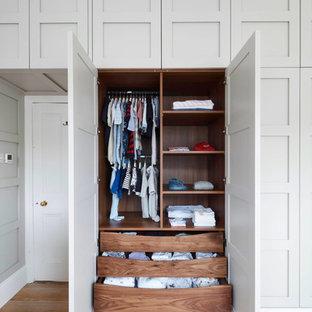 Idéer för stora vintage sovrum, med grå väggar, mellanmörkt trägolv och en öppen vedspis
