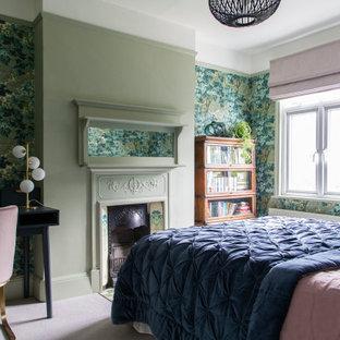 Ejemplo de dormitorio papel pintado, tradicional renovado, papel pintado, con paredes verdes, moqueta, chimenea tradicional, suelo rosa y papel pintado