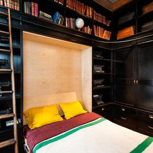 Пример оригинального дизайна: спальня в стиле фьюжн с бежевыми стенами