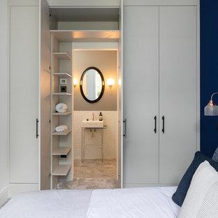 Imagen de habitación de invitados tradicional renovada, pequeña, sin chimenea, con moqueta, suelo gris y paredes azules