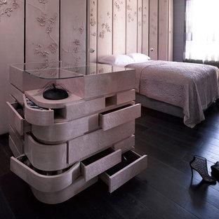Idées déco pour une grande chambre asiatique avec un mur rose, un sol en bois foncé et un sol noir.