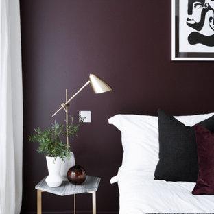 На фото: хозяйская спальня среднего размера в современном стиле с фиолетовыми стенами, ковровым покрытием и серым полом без камина с