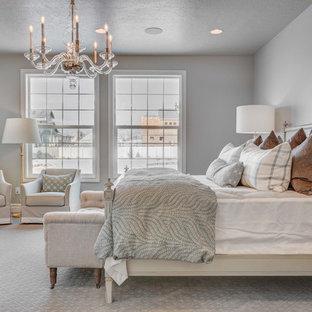 Inspiration för ett stort vintage huvudsovrum, med vita väggar, heltäckningsmatta och vitt golv