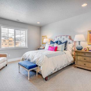 Свежая идея для дизайна: гостевая спальня среднего размера в классическом стиле с белыми стенами, ковровым покрытием и белым полом без камина - отличное фото интерьера