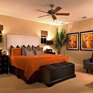 Inspiration för stora moderna huvudsovrum, med beige väggar, heltäckningsmatta och orange golv